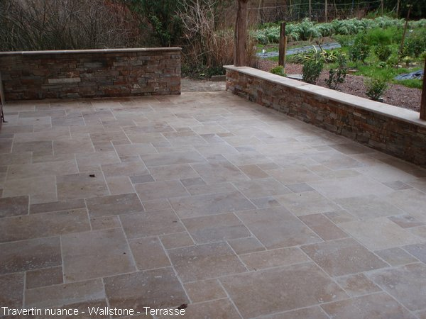Terrasse en Travertin Nuance et Mur avec parement Wallstone